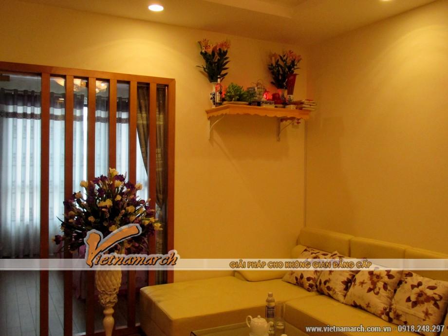 Bàn thờ được đặt trên cao ngay trong phòng khách giúp tiết kiệm được không gian mà vẫn đảm bảo sự tôn trọng cho khu vực linh liêng của gia đình
