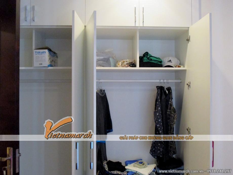 Tủ treo quần áo khá rộng rãi, để được nhiều đồ đạc.