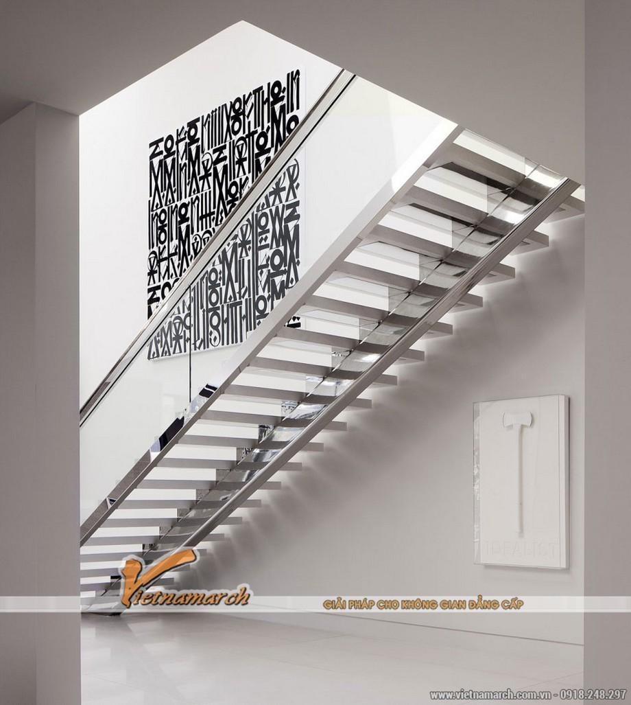 Cầu thang thực sự hiện đại khi được thiết kế 2/3 là kính và inox.