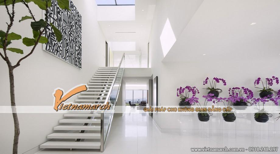 Nhiều cây xanh và hoa được đưa vào trong nhà, để làm tránh sự tẻ nhạt của một không gian quá hiện đại,