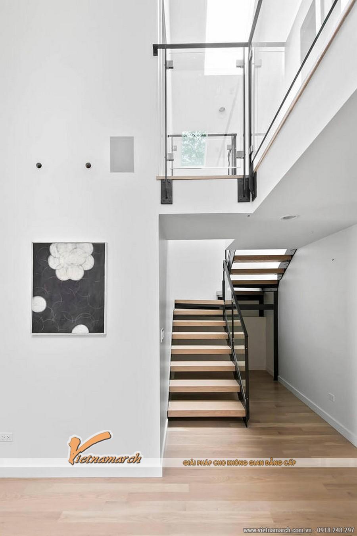 Cầu thang lên xuống các tầng được làm bằng gỗ