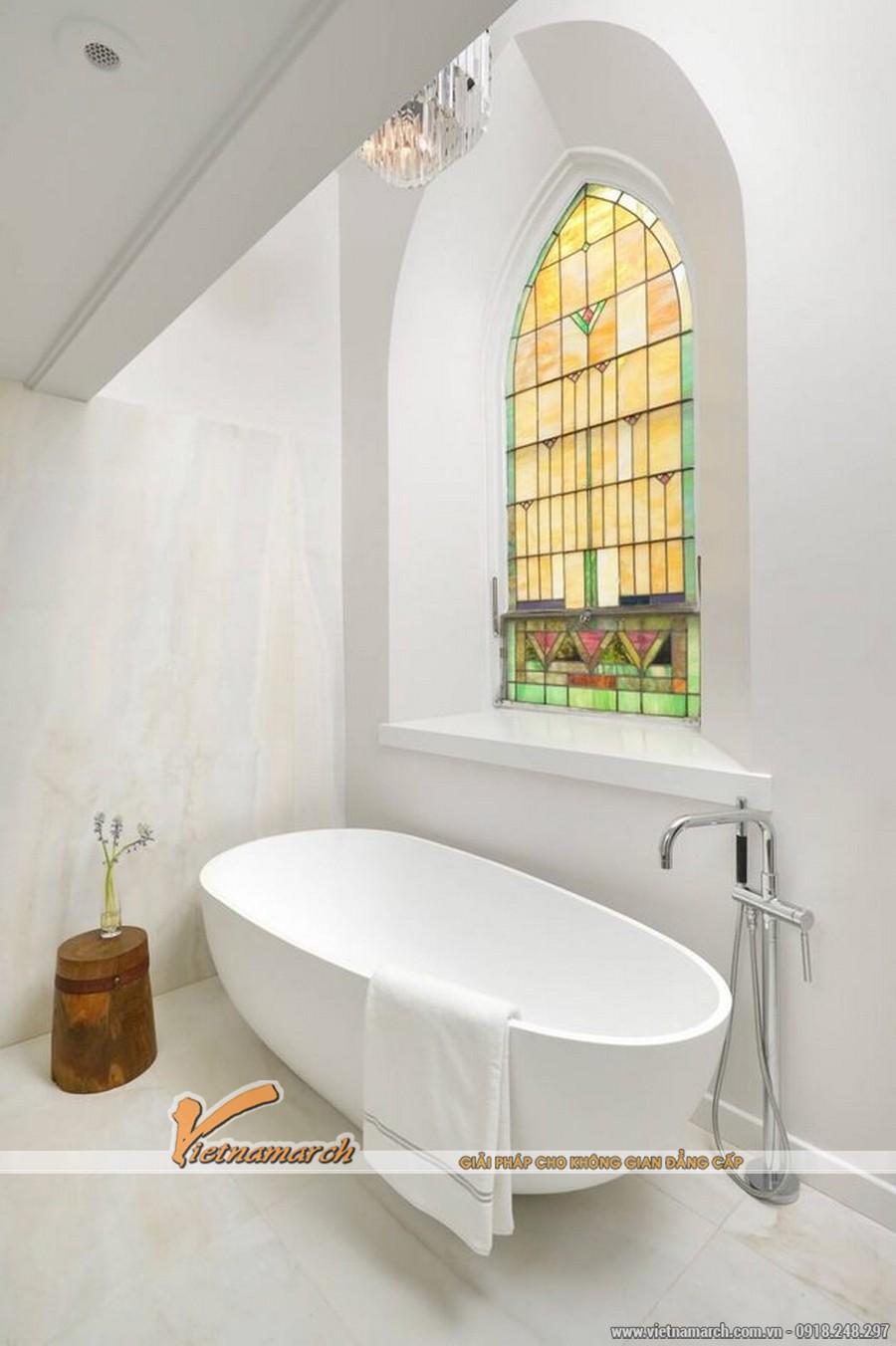 Chiếc bồn tắm hiện đại được đặt ngay cạnh cửa sổ