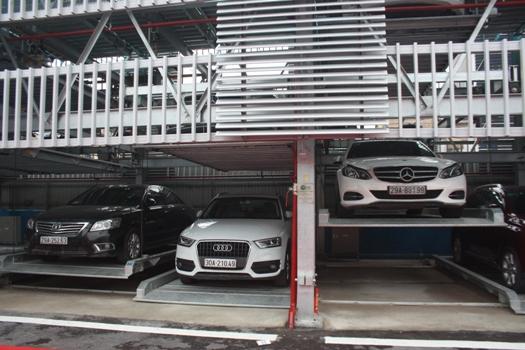 Hệ thống giàn thép đỗ xe hoạt động theo công nghệ xếp hình của Nhật Bản có cơ cấu nâng hạ và dịch chuyển ngang bằng cáp, tấm pallet chuyên dụng.