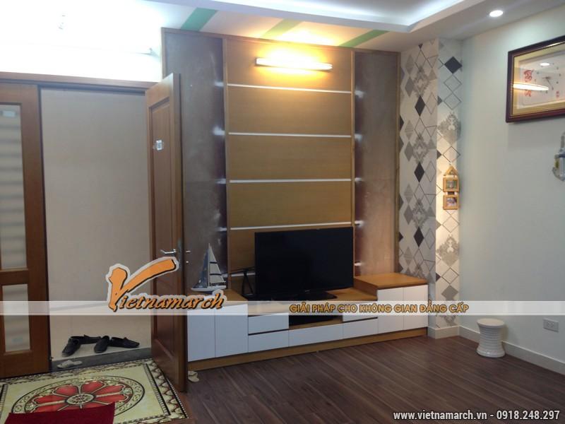 Cửa gỗ và tủ kệ tivi được làm từ gỗ sồi Nga với thiết kế hiện đại