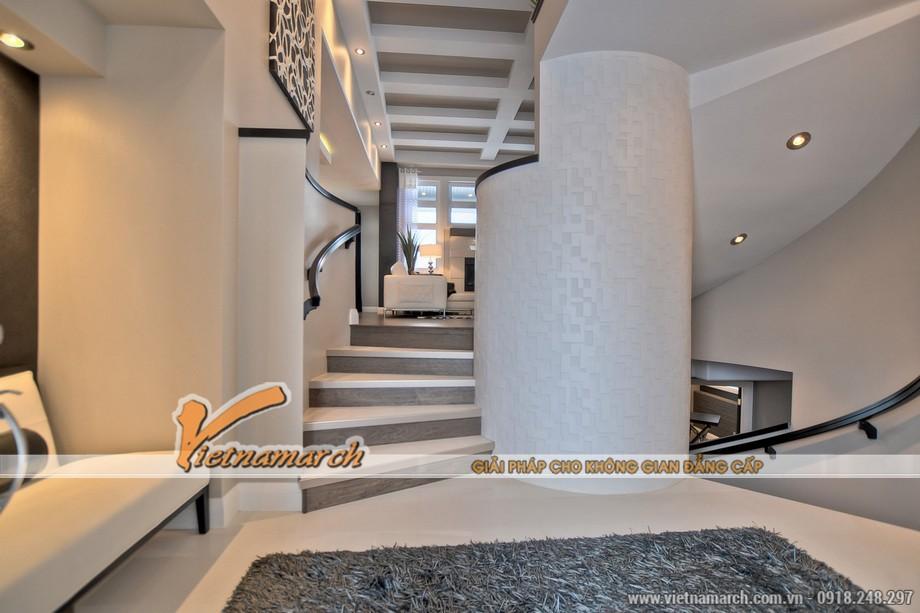 Cầu thang được thiết kế rất ấn tượng