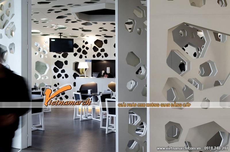 Với thiết kế các bức tường sơn màu trắng bằng gỗ nâu nhà thiết kế muốn tạo ra sự khác biệt.