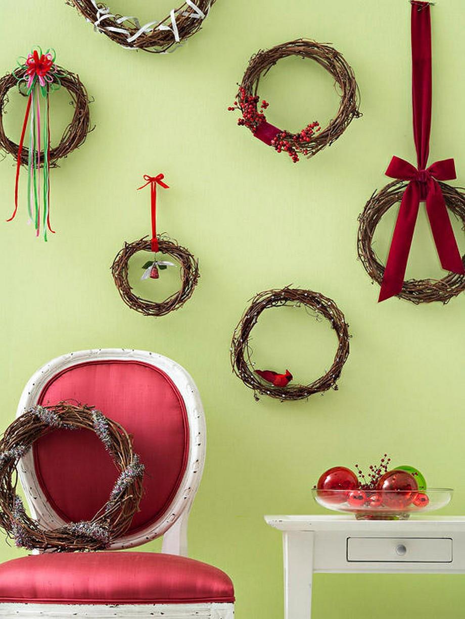 Trang trí những chiếc vòng quyệt quế trên bức tường