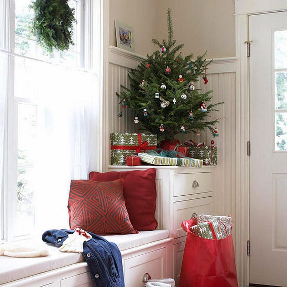 Trang trí cây thông noel ở góc cửa đi vào - tư vấn thiết kế nhà đẹp