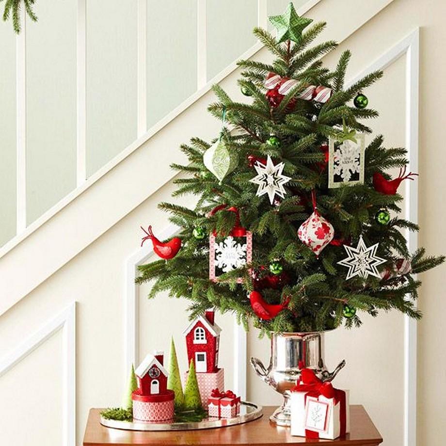 Hay trang trí cây thông noel dưới chân cầu thang - thiết kế nhà đẹp