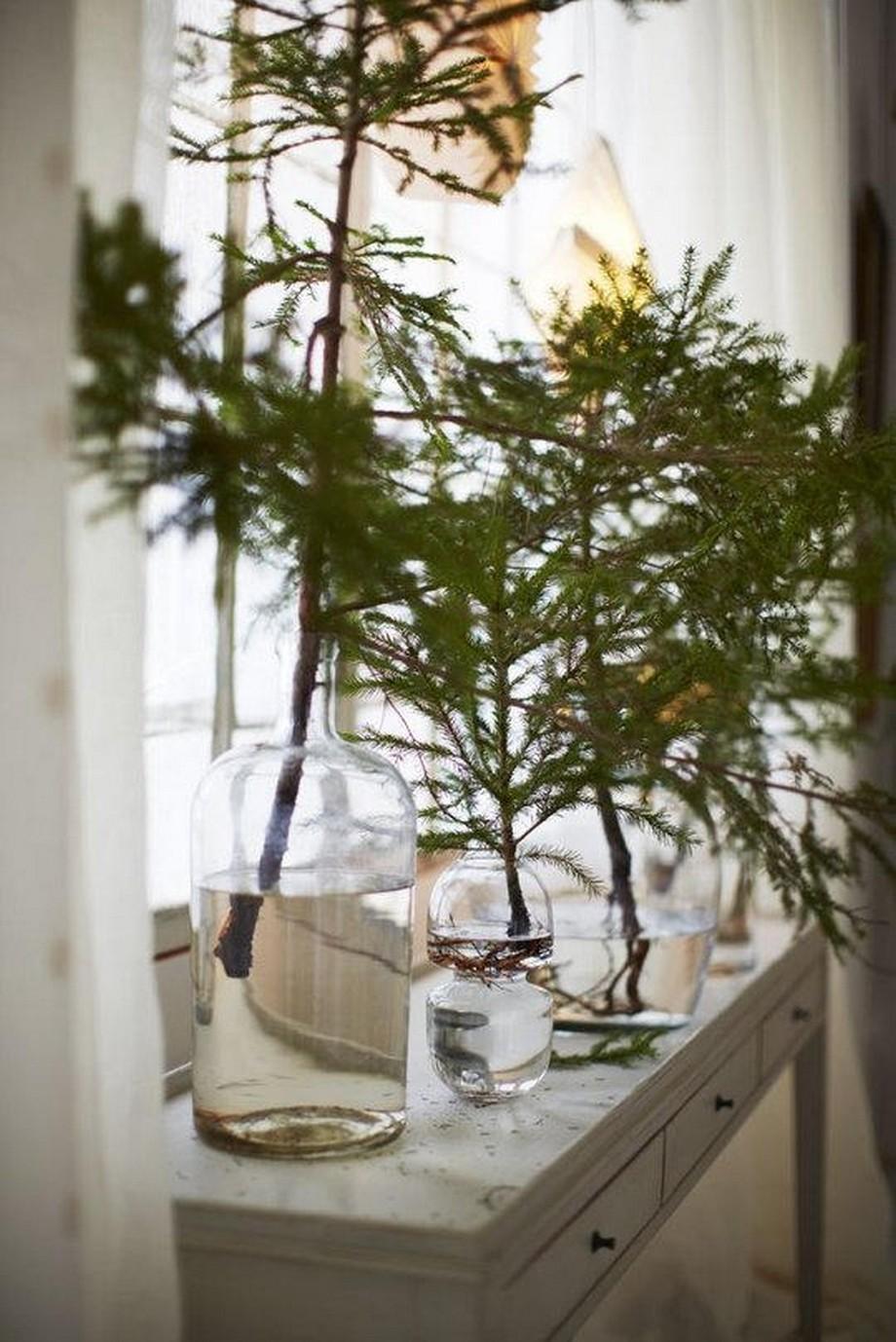 """Những cây thông noel """"siêu nhỏ"""" ở góc cửa sổ cũng là cách trang trí đẹp mắt cho cả căn nhà"""
