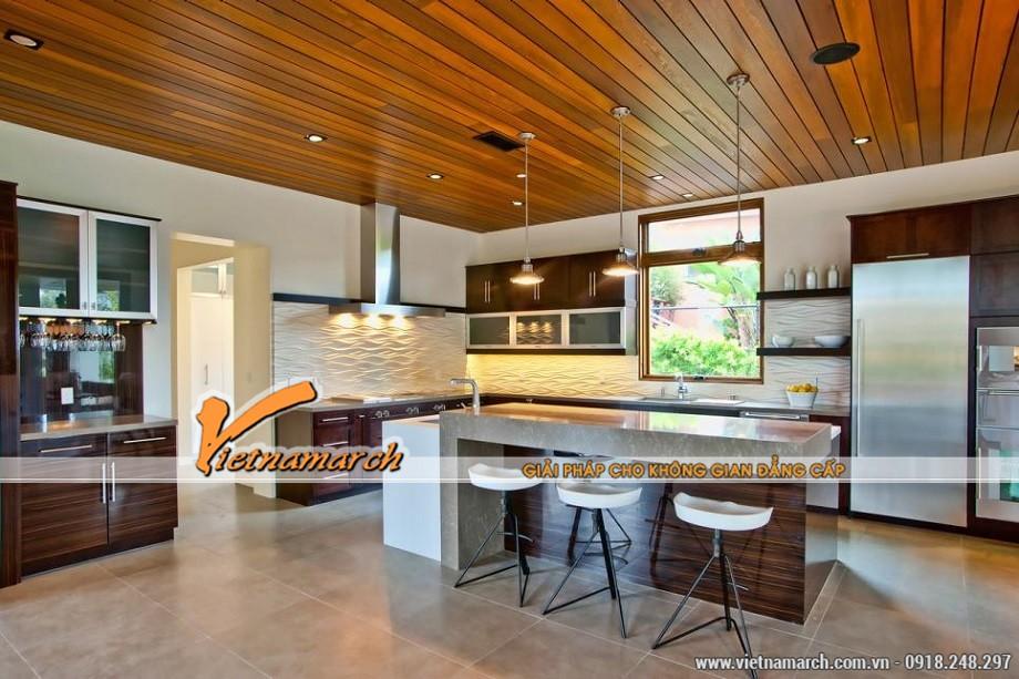 Ở phòng bếp này trần nhà ốp gỗ là một nét độc đáo