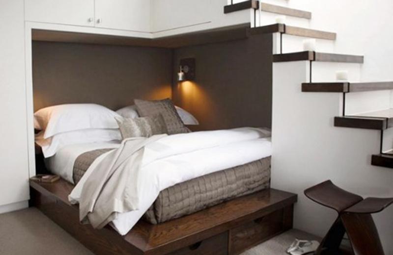Không nên đặt giường ngủ ngay bên dưới trần dốc.