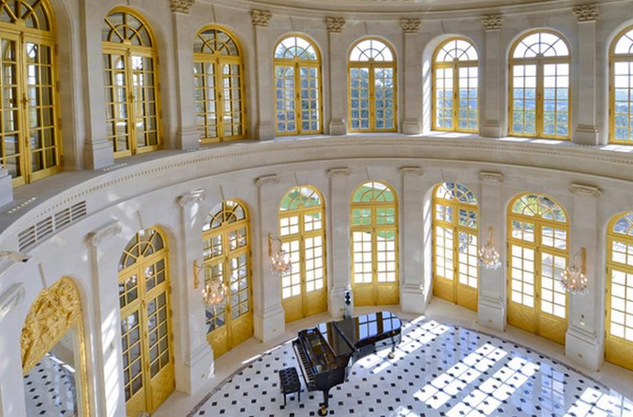 Hầu hết tất cả các khung cửa ra vào và khung cửa sổ đều được dát vàng.