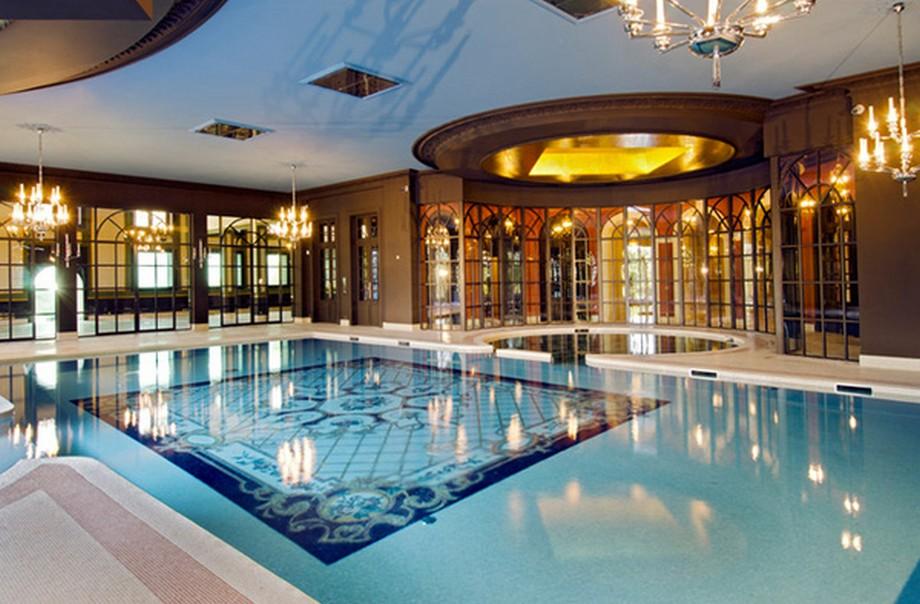 Khu bể bơi trong nhà được thiết kế đẹp lộng lẫy