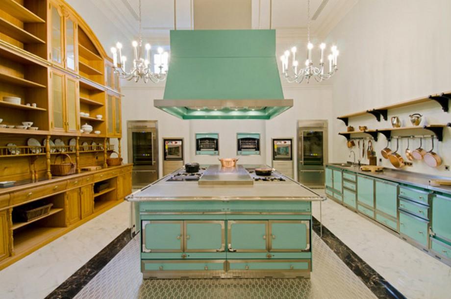 Phòng bếp được thiết kế với phong cách cổ điển nhưng đầy đủ tiện nghi