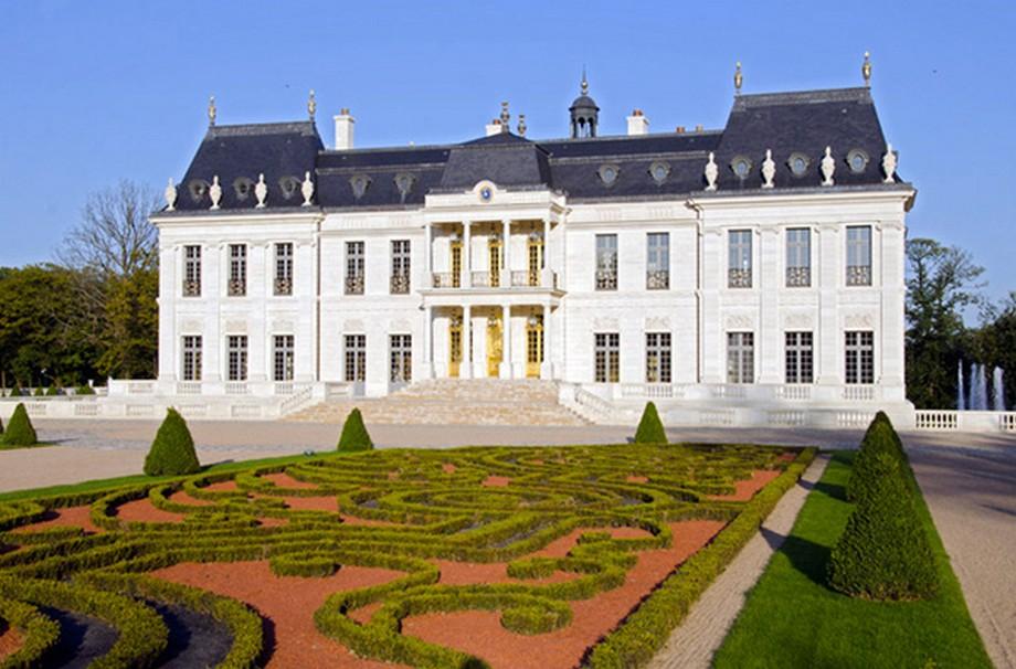 Ban ngày thì cổ kính, sang trọng - siêu lâu đài đắt nhất thế giới