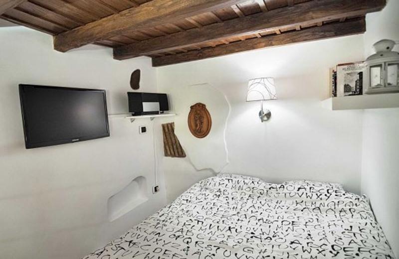Tầng lửng bố trí nơi ngủ với đầy đủ mọi thứ bạn cần.