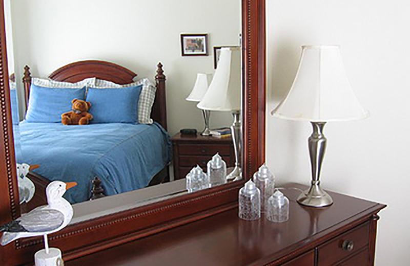 Kê giường đối diện gương sẽ ảnh hưởng trực tiếp tới bạn.