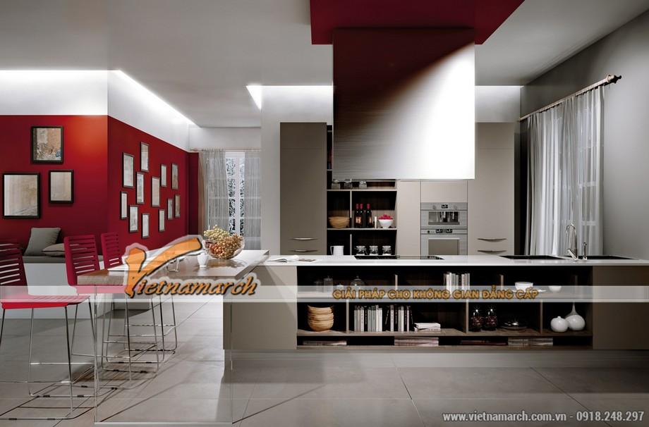Những mảng sắc màu đỏ mang lại sự nổi bật, thu hút cho căn bếp này