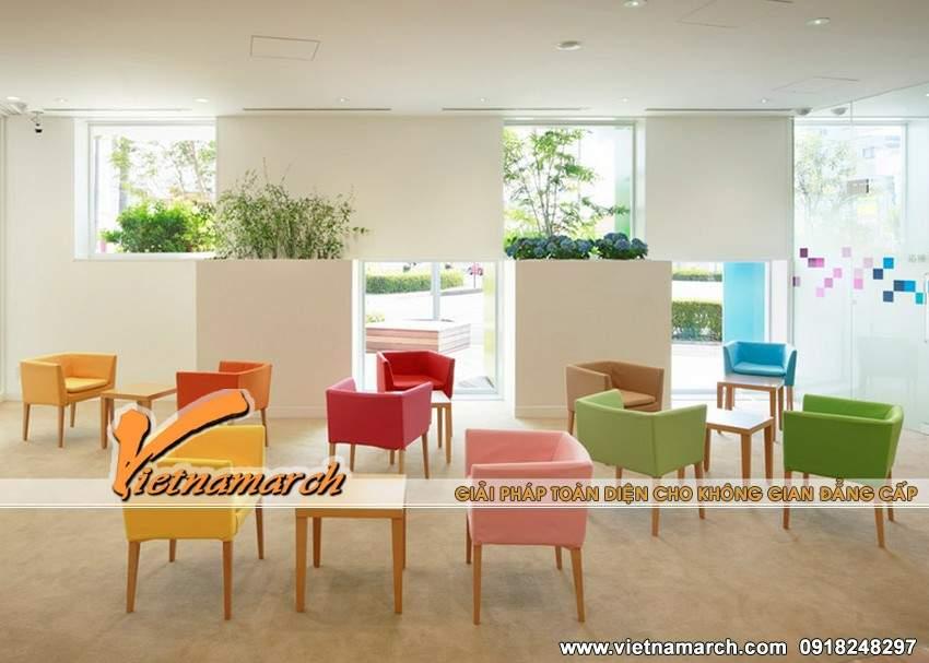 Phòng chờ sinh động với những chiếc ghế sắc màu tạo cảm giác vui tươi cho khách hàng