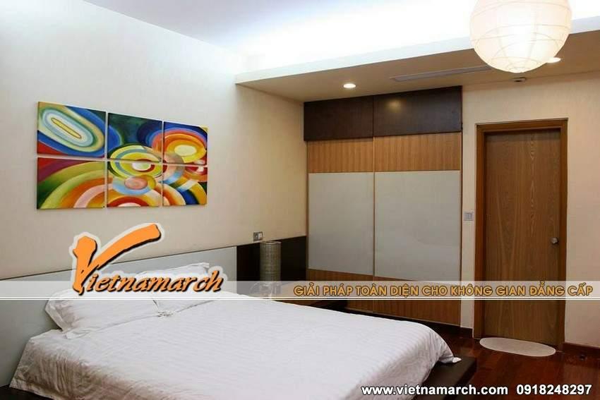 Tủ và nhiều nội thất gỗ hài hòa trong phòng ngủ chính