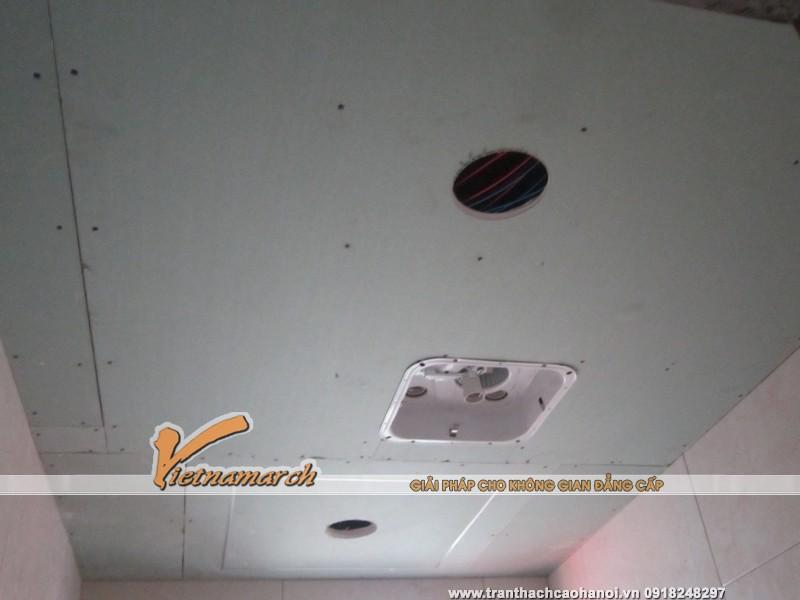 Các tấm trần thạch cao chống ẩm được thi công cho phòng tắm