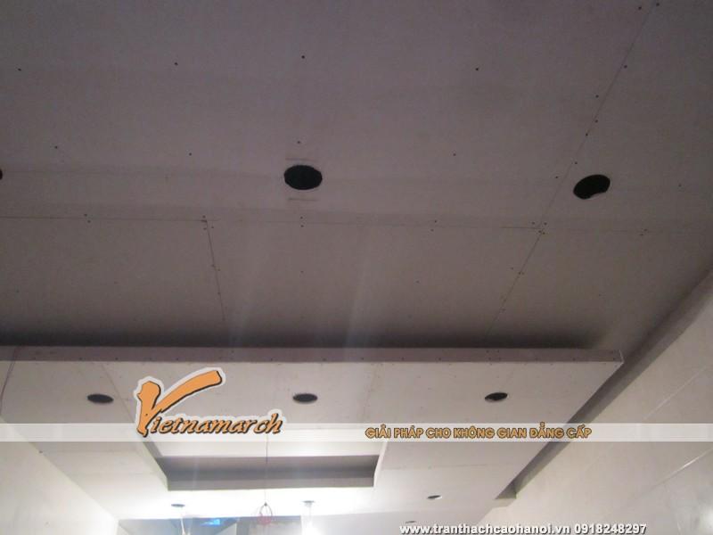 Tấm thạch cao được gắn chắc chắn lên khung xương trên trần nhà.