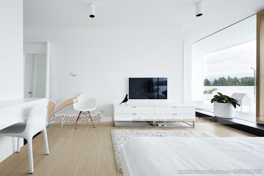 Điểm nhấn cho căn phòng là hệ thống cây xanh và chiếc ti vi nổi bật