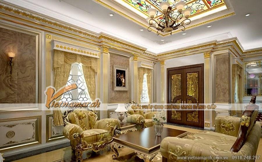 Phòng khách nổi bật lên với bộ bàn ghế họa tiết hoa lá cầu kỳ, chạm khắc tinh xảo với màu vàng nổi bật