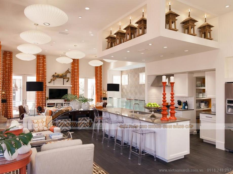 Bằng sự kết hợp tuyệt đẹp và tinh vi, gian bếp này theo phong cách mộc mạc giúp cho tâm hồn bạn thư thái, nhẹ nhàng khi bước vào. Tại trung tâm của nhà bếp, một hòn đảo bếp rộng rãi kết hợp với bàn ăn rất thuận tiện cho nhu cầu ăn uống.