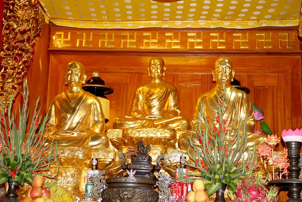 Những bức tượng uy linh được đúc đồng nguyên chất và dát vàng bốn số 9999 hoàng tráng