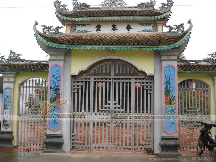 Cổng nhà thờ được thiết kế công phu và tỉ mĩ