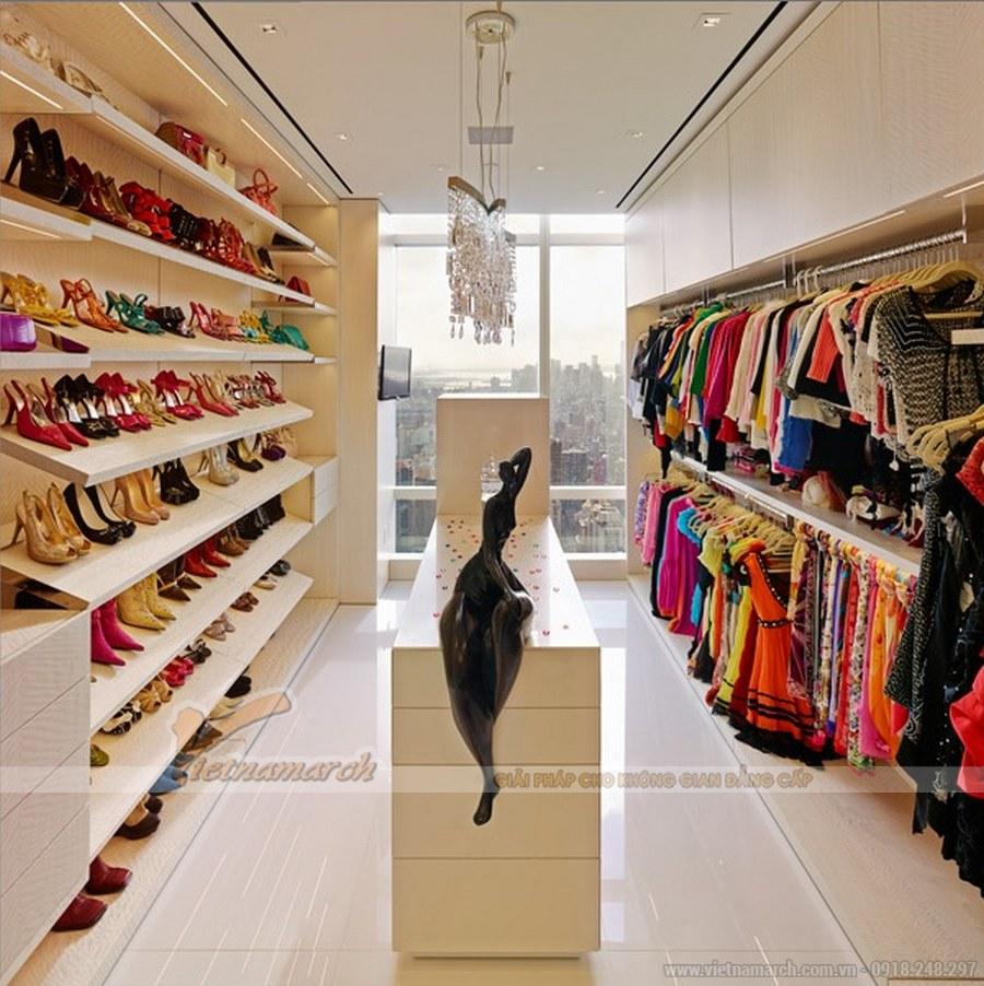 Phòng đồ được thiết kế nội thất với gam màu trắng sáng và tô điểm là các sắc màu trang phục, phụ kiện