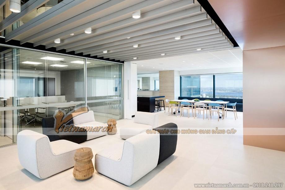 Hệ thống ánh sáng trắng cũng giúp cho văn phòng trông rộng rãi hơn