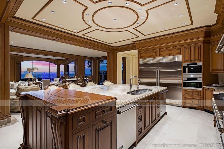 Nhà bếp này có nội thất ton sure tone giữa trần và các đồ nội thất trong phòng
