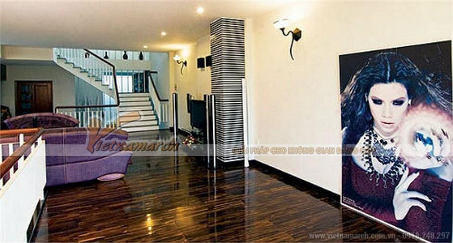 Bức ảnh nghệ thuật chân dung của ca sĩ Hồ Ngọc Hà được xem là tâm điểm của phòng khác