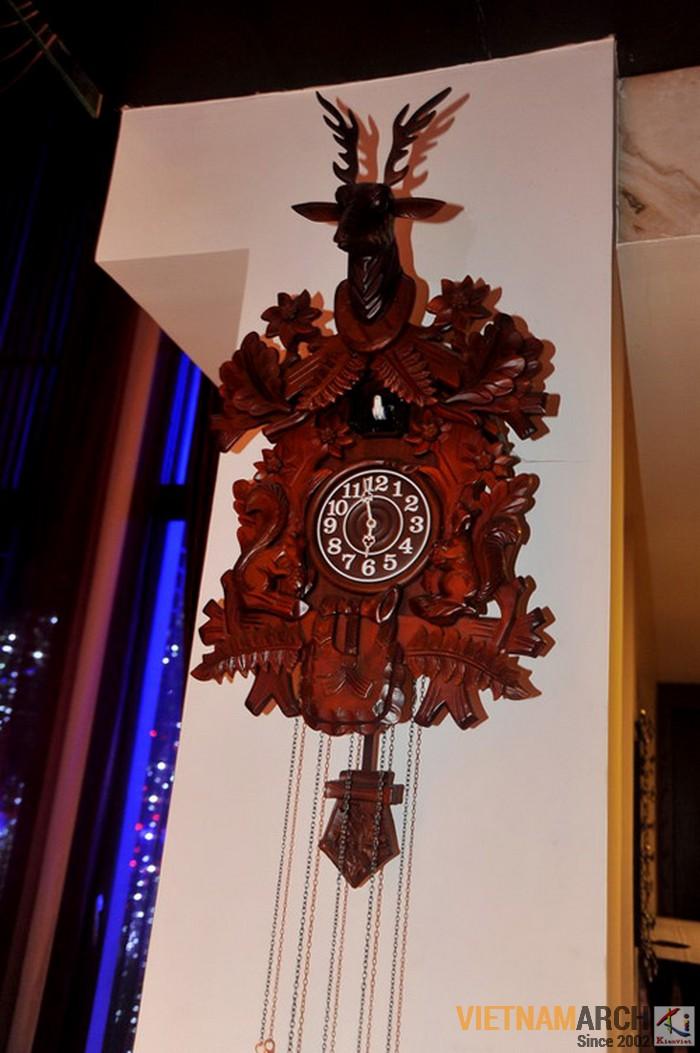 Chiếc đồng hồ bằng gỗ quý được anh mua lại trong một lần lưu diễn ở châu Âu