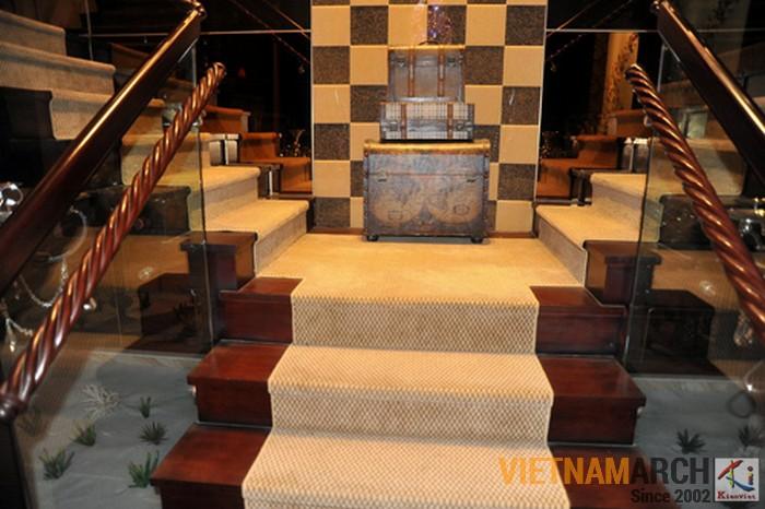 Cầu thang bằng gỗ quý và kính