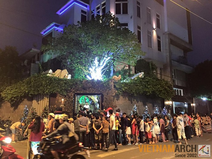 Hàng trăm người dân hiếu kì xếp hàng để được vào thăm quan nhà Đàm Vĩnh Hưng