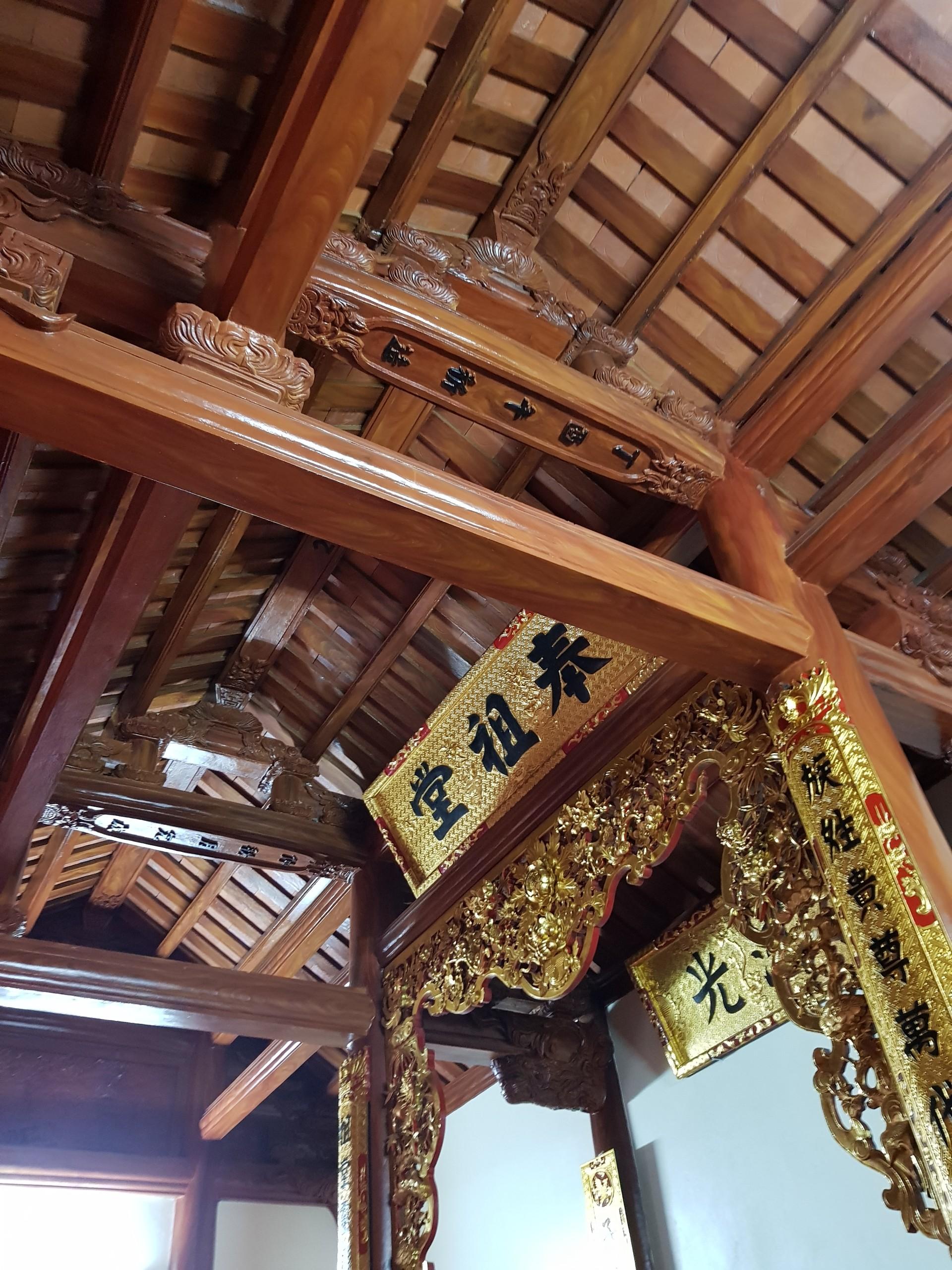 Phòng ngủ nằm ở gian trái có toàn bộ nội thất bằng gỗ