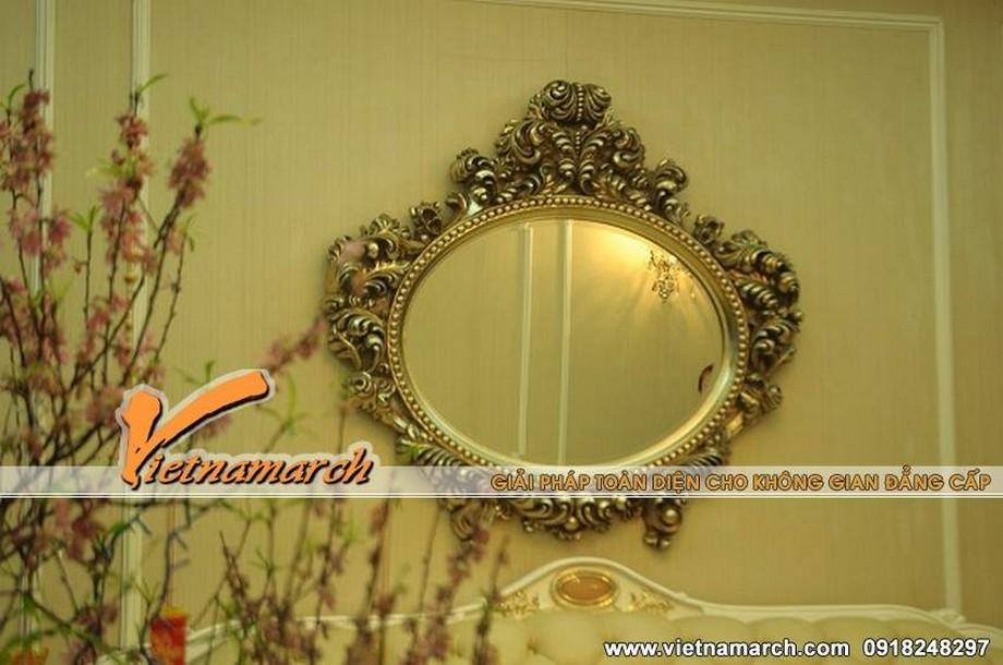 Chiếc gương dát vàng với họa tiết chỉnh chu tỉ mỉ