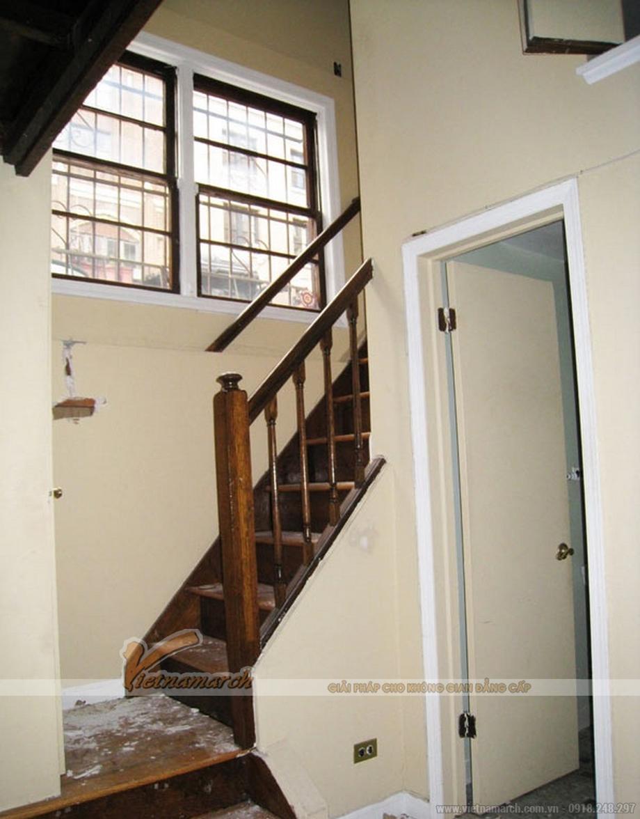 Là một căn hộ thông tầng khá cũ nằm trên tầng cao nhất của tòa nhà 6 tầng.
