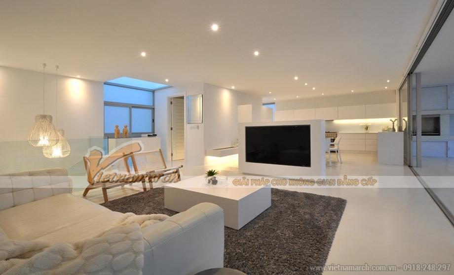Thiết kế nội thất full trắng là điểm độc đáo trong ngôi nhà này