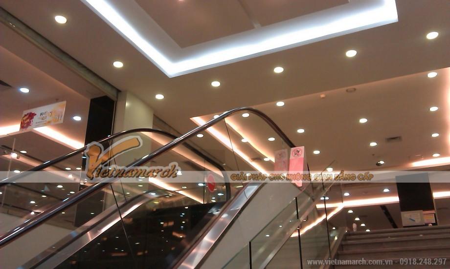 Đèn led âm trần được lắp đặt trong trung tâm thương mại
