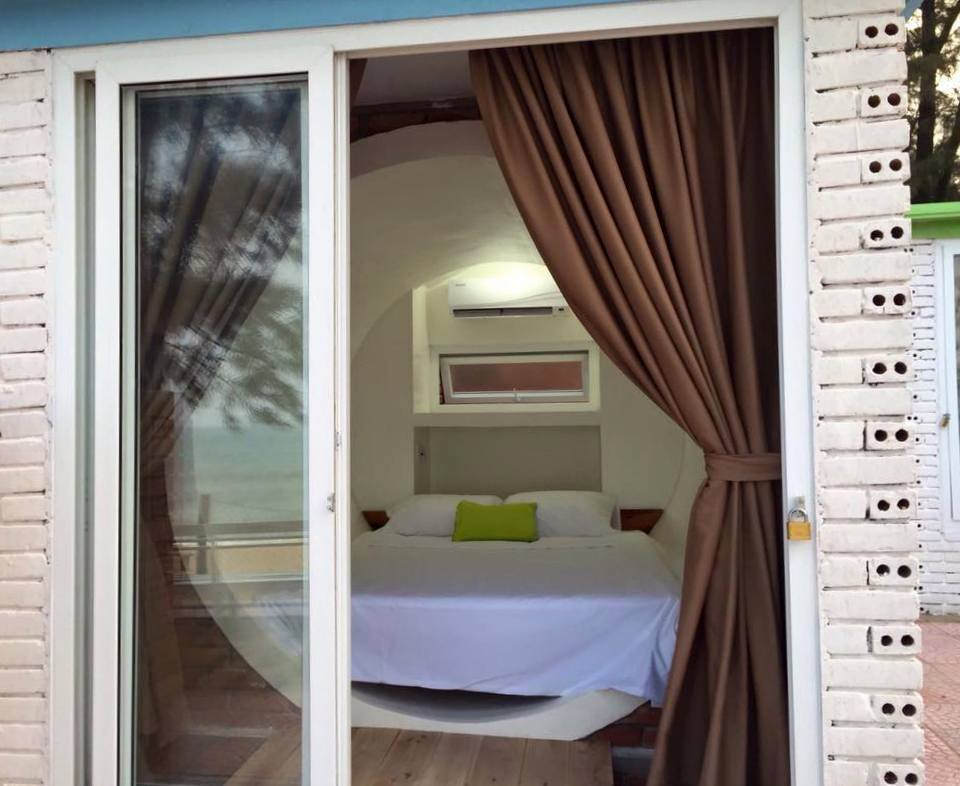 Khách sạn được xây dựng ngay bờ biển, có cửa bằng kính an toàn