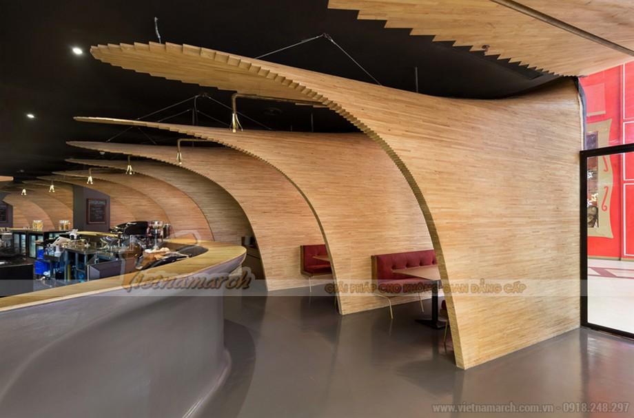 Thiết kế đường vòm gỗ như một điểm nhấn và trang trí cho nhà hàng