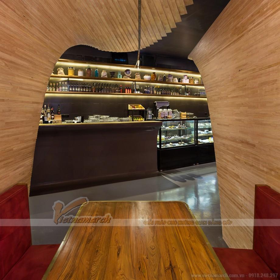 Các đường cong gỗ mang lại cảm giác riêng tư cho các quầy hàng có ghế ngồi