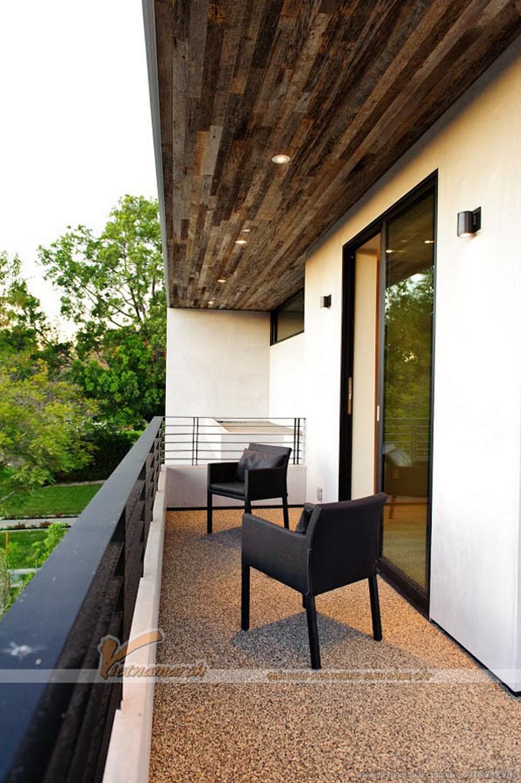 Ban công trên lầu 2 nhỏ nhưng cũng là nơi nghỉ ngơi lý tưởng với view nhìn ra sân vườn