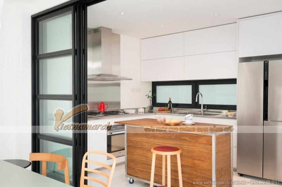 Phòng bếp nhỏ với thiết kế đảo bếp mang lại sự tiện nghi và hiện đại cho căn bếp gia đình.