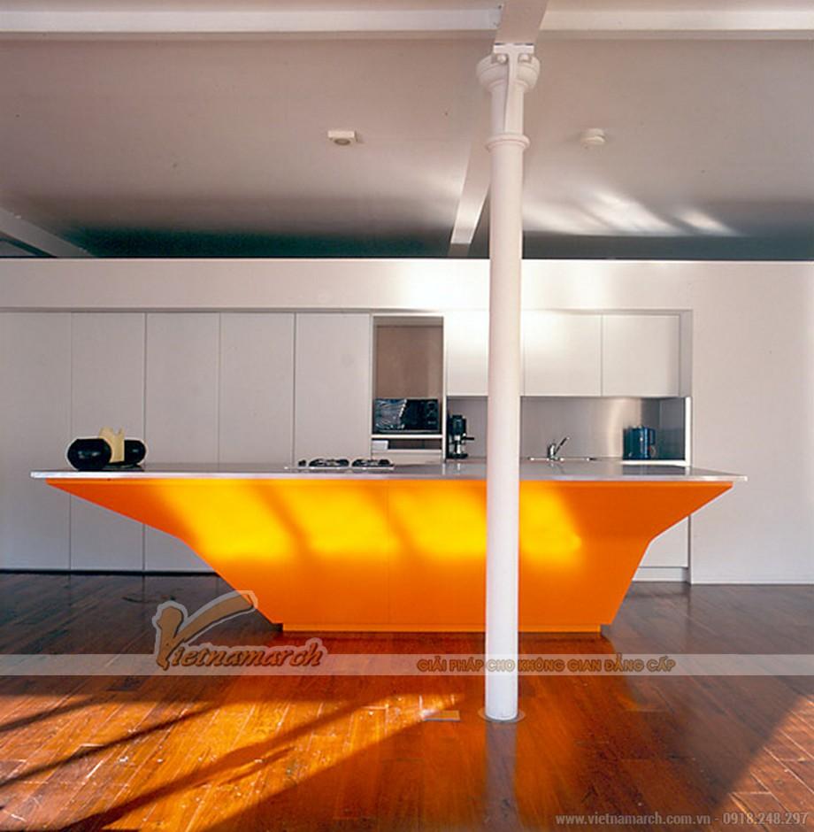 Đảo bếp được thiết kế ấn tượng với màu cam nổi bật